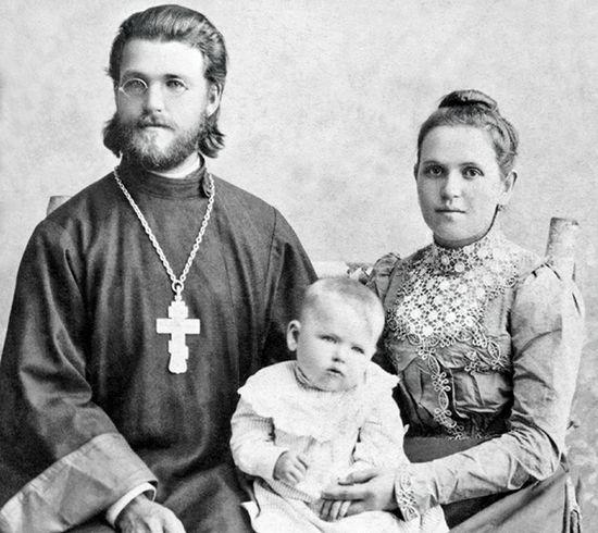 Священник Петр Рождествин с супругой Людмилой Дмитриевной и сыном Николаем