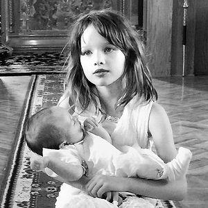 Старшая дочь Милы Йовович с сестренкой