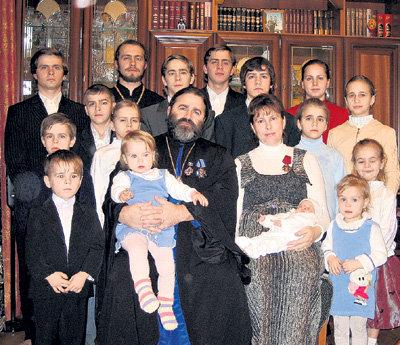 Протоиерей Иоанн Осяк с семьёй. Всех детей собрать не удалось