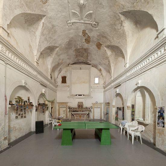 Сыграем в настольный теннис? В церкви Санта Лючия в Монтескальозо никто больше не должен сидеть тихо. Фото: Andrea Di Martino / Picturetank / Agentur Focus