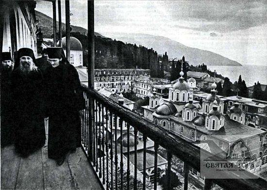 "144. На балконе Братского корпуса Фото из журнала ""Советское фото"", август 1990 г."