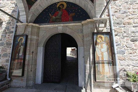 150. Главные врата, через которые паломники попадают в монастырь