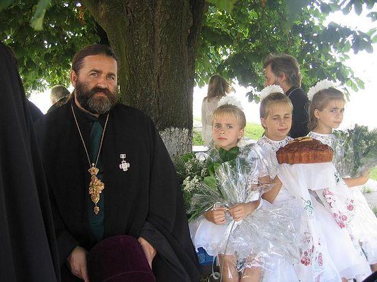Отац Јован Осјак са дечицом