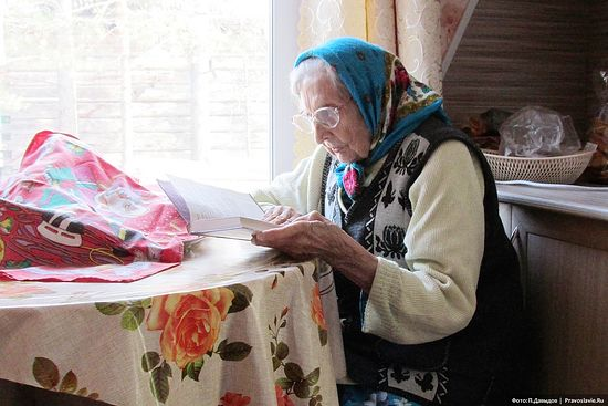 Внучатая племянница отца Иоанна Кронштадтского Любовь Алексеевна Малкина читает Евангелие. Фото: Петр Давыдов / Православие.Ru