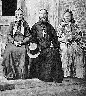 Отец Иоанн с родными сестрами Анной и Дарьей. Суре, 1891 год