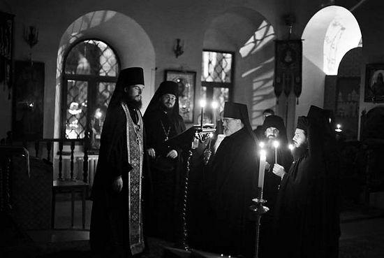 Намесник Високо-Петровског манастира игуман Петар Јеремејев обавља монашки постриг о.Константина