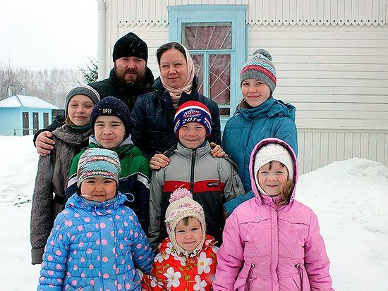 Священник Николай Середа с семьей