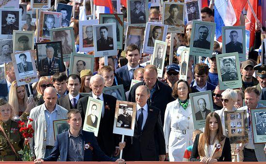 Владимир Путин с портретом своего отца-фронтовика участвует в шествии «Бессмертного полка». Фото: may9.ru