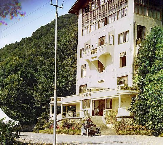 Hotel in Gagra with chauffeur in front - between 1909-1915