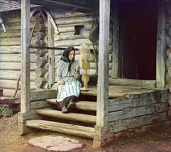 Woman spinning yarn in the village of Izvedod - 1910