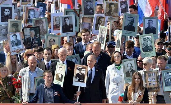 Владимир Путин с портретом свог оца који се борио на фронту учествује у процесији «Бесмртног пука». Фото: may9.ru