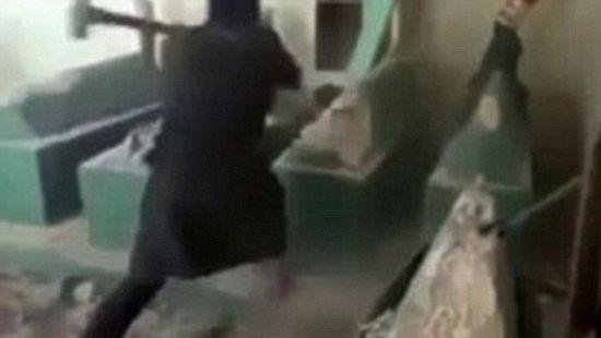 Терориста уништава гроб пророка Јоне. Јул 2014.