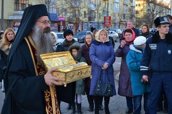 Иеромонах Иосиф с десницей святого великомученика Георгия. Горловка (Украина), 2013 год. Фото Михаила Андреева