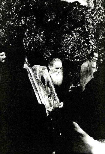 Монах Ефрем Лавриот несет икону Богородицы Фовера Простасия (Страшная Предстательница). Фото монаха Паисия Кариота