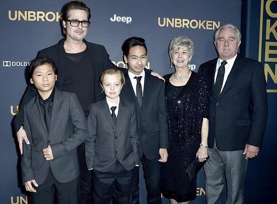 Брэд Питт с сыновьями, Шайло и своими родителями ( они, кстати, против поведения Шайло)