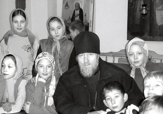 Протоиерей Владимир Агриков с детьми из воскресной школы