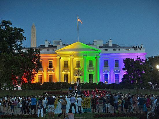 Белый дом, подсвеченный в цвета флага содомитов