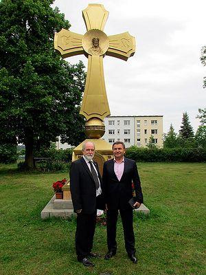 С.М. Исаков и А.Т. Артемьев на фоне Креста-памятника