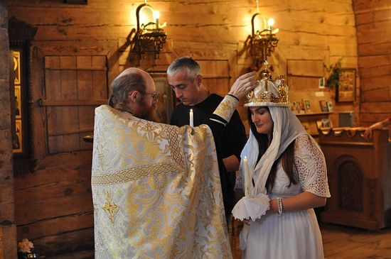 Отец Иосиф венчает Михаила и Екатерину