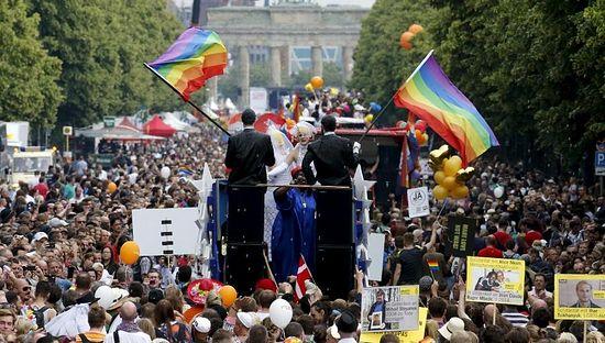 Берлинские содомиты празднуют решение Верховного суда США по однополым «бракам»