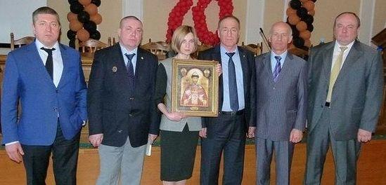 С делегацией Войсковой Православной Миссии и мироточивой иконой Царя Николая II. Фото: страница Н.Поклонской в фейсбуке