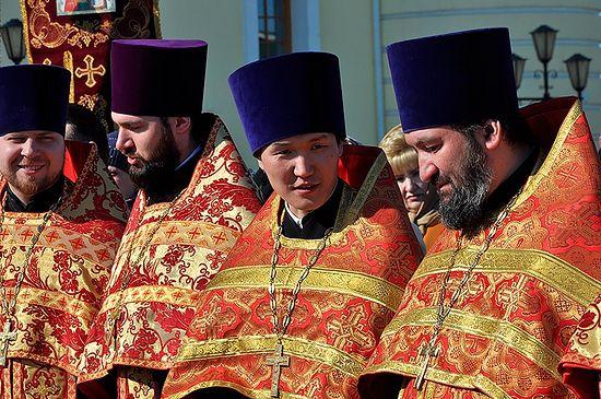В центре фото священник Павел Слепцов, первый протоиерей-якут за последнее столетие