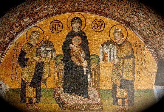 Императоры Константин и Юстиниан предстоят пред Богородицей. Мозаика храма Святой Софии, Константинополь