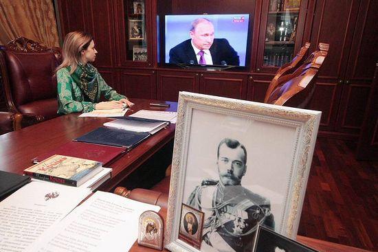 Прокурор Республики Крым смотрит в своем кабинете пресс-конференцию Владимира Путина (18.12. 2014 г.) Фото: страница Н.Поклонской на ФБ