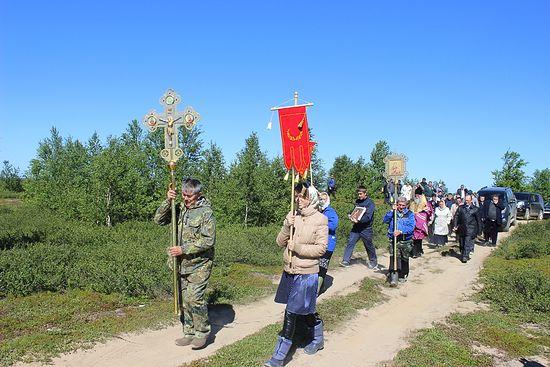 Крестный ход от креста к часовне. С крестом в руках – ее строитель Николай Торопов