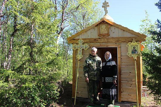 Николай и Галина Тороповы у своей часовенки