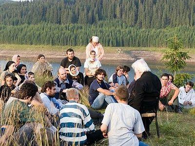 Румыния: Тысячи человек совершили подъем в горы, чтобы помолиться в монастыре Оаша