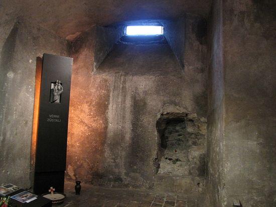 Окно собора, через которое фашисты пустили в крипту воду и слезоточивый газ