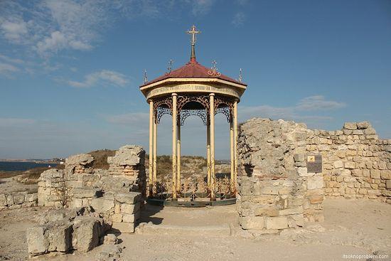 Надстрешница над местом за које се претпоставља да је место крештења кнеза Владимира