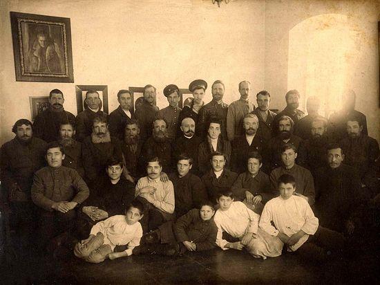 Александр и Мария Медемы. Фото на прощание с мужской группой бывших служащих. Январь 1918 года.
