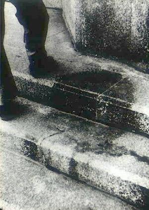 Тень человека, в момент взрыва сидевшего на ступеньках лестницы перед входом в банк, 250 метров от эпицентра