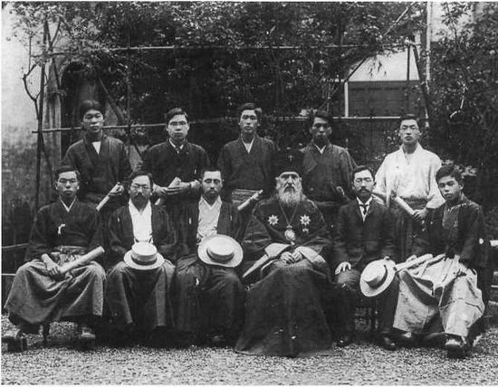 Выпускники Токийской семинарии — фото в память об окончании, июль 1907 г. В центре — святитель Николай. Слева от него — профессор Арсений Ивасава, справа — начальник семинарии Иоанн Сэнума.