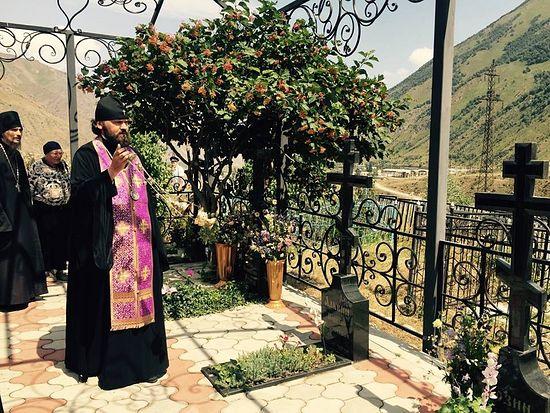 На могиле у отца Игоря Розина - первого настоятеля Свято-Георгиевского храма