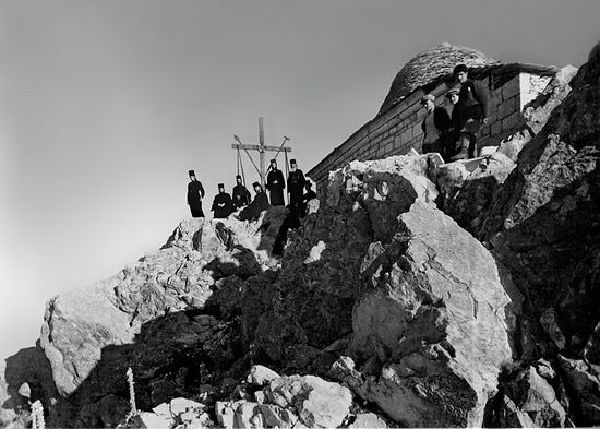 Крест и храм Преображения Господня на вершине Афона. Фото начала XX век