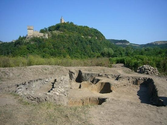 This photo shows the 2010 excavations in the Frankish Quarter of the medieval Tarnovgrad, today's Veliko Tarnovo, with the Fortress of the Tsarevets Hill, including Baldwin's Tower (to the left) in the background. Photo: Borba daily