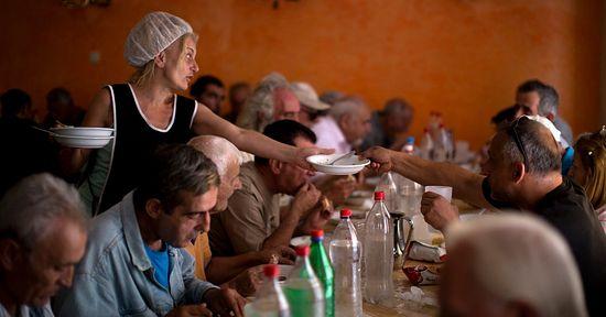 Церковный приход в пригороде Афин кормит нуждающихся