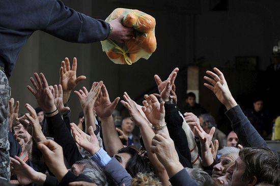 Греция. Раздача продуктов во время кризиса