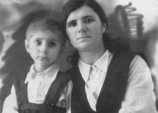 Валентина Герасимовна со своей мамой Марией Германовной. Фотография сделана перед операцией