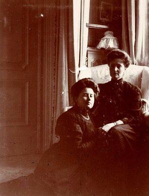 Императрица Александра Федоровна и А. Вырубова. 1910 г.