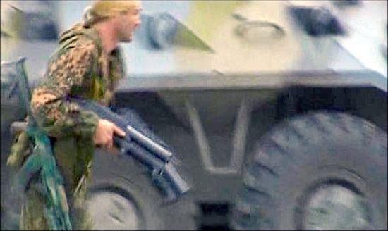 Подполковник Дмитрий Разумовский в Беслане. Один из последних снимков Дмитрия из кинохроники