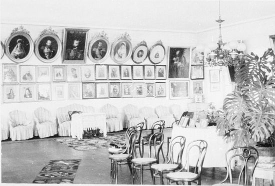 """186. В Зале торжественных приемов """"Царского архондарика"""" (1941г). Во втором ряду в центре висит портрет фюрера"""