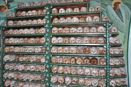 200. Полки с черепами в кладбищенском храме