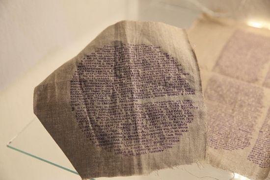 Подобыскное Евангелие. Фрагменты Евангелия от Марка, написанные на ткани с помощью пялец, для передачи в лагерь. Ткань, обернутую вокруг тела, при обыске обнаружить труднее, чем бумагу или книгу