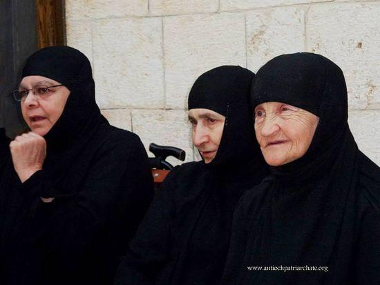 Сестры остаются в своей обители, несмотря на то, что война подходит все ближе