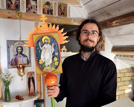 Николай с хоругвью, изготовленной Симоном. Фото Аркадия Рябиченко
