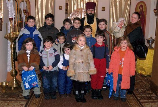 Отец Владимир с детьми ассирийской общины г. Киева